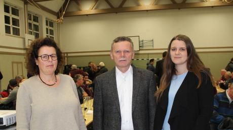 Bei der Bürgerversammlung stellte Bürgermeister Norbert Führer Daniela Groß (rechts) als Leiterin des Ordnungsamtes bei der VG Türkheim vor. Birgit Möller ist für das Seniorenkonzept und die Nachbarschaftshilfe im Ort zuständig.