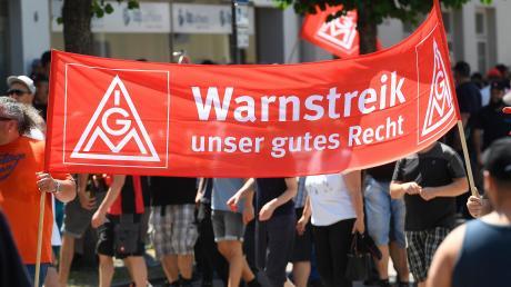 Bei sommerlichen Temperaturen trafen sich die Wanzl-Mitarbeiter zum Warnstreik in Leipheim. Rund 800 Beschäftigte aus Kirchheim und Leipheim gingen auf die Straße.