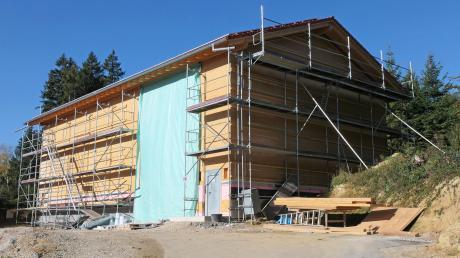 Fast fertig ist der neue Brunnen samt Brunnenhaus im Wald zwischen Unterkammlach und St. Johann.
