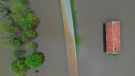 Land unter herrschte im Mai zwischen Unteregg und Dirlewang. Das Hochwasserrückhaltebecken war nach tagelangem Regen vollgelaufen und schützte Dirlewang so erfolgreich vor den Wassermassen. Ohne den Damm wären möglicherweise sogar Teile von Apfeltrach und Mindelheim unter Wasser gestanden.