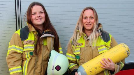 """Nicht nur sich selbst mussten Eva Frey (links) und Tanja Grünwald 770 Stufen und 39 Etagen """"hochtragen"""", sondern auch die schwere Atemschutzgerätemontur."""