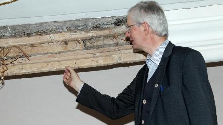 Pfarrer Josef Beyrer zeigt in der Kirche St. Martin in Breitenbrunn die aufgeschnittene Stuckleiste. Ein Fachmann hat sie untersucht.
