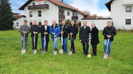 Symbolischer Spatenstich für ein Mehrfamilienhaus, mit dem die Gemeinde Türkheim gemeinsam mit der Wohnungsbaugesellschaft Mindelheim auf den rasant wachsenden Bedarf an bezahlbarem Wohnraum reagiert.