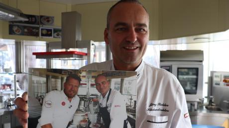 """Das Erinnerungsfoto mit Fernsehkoch Mike Süsser hängt schon im Fünf-Sterne-Restaurant """"Calla"""". Küchendirektor Jörg Richter hat an der Kochshow """"Mein Lokal, dein Lokal"""" teilgenommen, die in der kommenden Woche ausgestrahlt wird. Wer den """"Goldenen Teller"""" als Sieger bekommen hat, wird erst in der Sendung am Freitag, 13. Dezember, (17.55 Uhr) auf Kabel eins zu sehen sein. An diesem Tag ist auch Jörg Richter dran und kann seine Kochkünste unter Beweis stellen."""