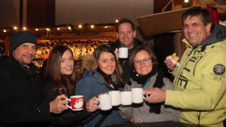Bei winterlicher Kälte hilft auch Wärme von innen. Diese und viele andere Gäste wärmten sich mit heißem Punsch und Glühwein auf.