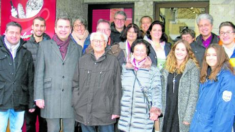Der Geburtstagsjubilar Martin Steiner (vorn, Dritter von links) inmitten seiner Familie. Neben ihm seine Schwester Elisabeth Frank und der Zweite Bürgermeister Stefan Welzel.