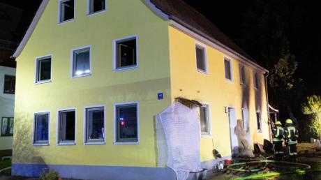 Dieses Haus in Loppenhausen wurde durch Feuer zerstört. Der Bewohner erlitt bei dem Brand lebensgefährliche Verletzungen.