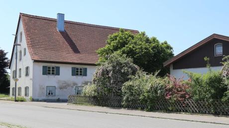 Das alte Polizeigebäude (links) soll 2020 zum Dorfgemeinschaftshaus umgebaut werden. Der Bungalow rechts ist mittlerweile abgerissen. An seiner Stelle soll der Erweiterungsbau für den Kindergarten.
