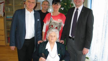 Juliane Förster freut sich über die Glückwünsche von Sohn Heribert, Heimleiter Robert Hoffmann, Betreuungskraft Petra Schregelmann und vom zweiten Bürgermeister Stefan Welzel.