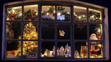 In Klingen werden Fenster adventlich geschmückt.