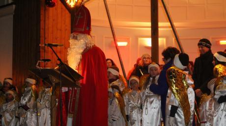 Inmitten einer Schar von Engeln hielt der Nikolaus am Musikpavillon vor dem Kurtheater seine Rede. Zuvor war er in einem Zug mit Musikanten und Fackelträgern am Kurhaus eingetroffen, wo es Geschenke für die Kinder gab.