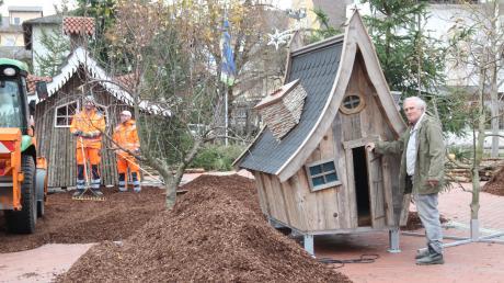 Mit eigens angefertigten Hütten und einer Menge Rindenmulch wird aus dem Denkmalplatz im Herzen der Fußgängerzone ein vorweihnachtlicher Märchenwald. Siegfried Unsin (rechts) hofft auf viele Besucher.