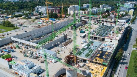 Die grünen Kräne des Mindelheimer Bauunternehmens wachsen in ganz Deutschland in die Höhe. Unser Bild zeigt die Großbaustelle Busbetriebshof in Moosach, wo Glass die Roharbeiten ausführte.