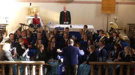 Mit internationalen Stücken sorgte der Musikverein Apfeltrach dafür, dass den Zuhörern in der kalten Leonhardskirche warm ums Herz wurde.