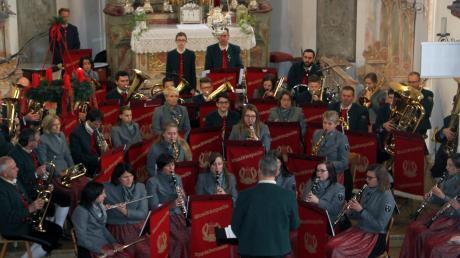 """In der Kirche St. Michael bekamen die Musiker der """"Lyra"""" Eppishausen nicht nur viel Applaus für ihr Programm. Die Damen zeigten sich erstmals in ihren neuen Dirndln und wurden auch dafür beklatscht."""