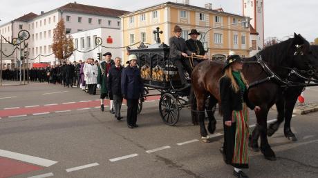 Unter großer Anteilnahme der Bevölkerung wurde im November die Trauerfeier für Altlandrat Hermann Haisch begangen.