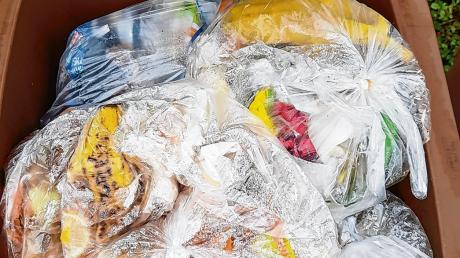 So nicht! Plastiktüten oder gar Restmüll haben in der Biotonne nichts zu suchen. Bei einer Stichprobe im Unterallgäu war jede zehnte Tonne falsch befüllt.