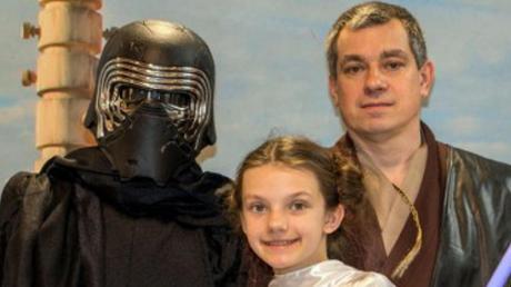 Andreas Lenuweit (rechts) alias Anakin Skywalker mit Tochter Leia Amidala alias Prinzessin Leia und Sohn Julian Anakin alias Kylo Ren.