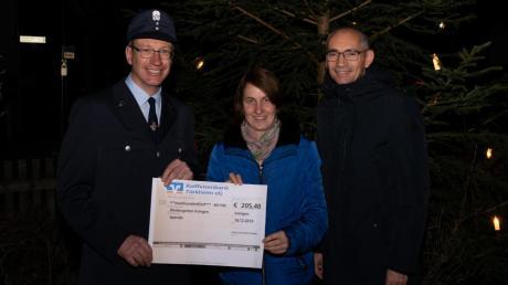 Strahlende Gesichter bei der Spendenübergabe (von links): Christian Mair von der Irsinger Feuerwehr, Kindergartenleiterin Andrea Rieger und Bürgermeister Christian Kähler.