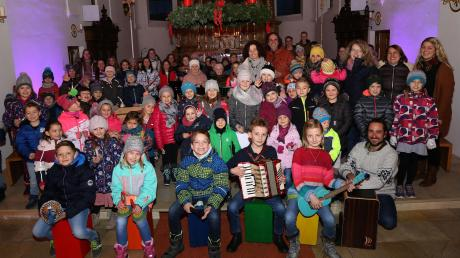 Knapp 100 Kinder und Jugendliche waren die Akteure beim großen Weihnachtskonzert in der Pfarrkirche in Dirlewang. Das Benefizkonzert war zugunsten des Frauenhauses Memmingen, das auch für den Landkreis Unterallgäu zuständig ist. 620 Euro brachte das vielseitige Konzert.