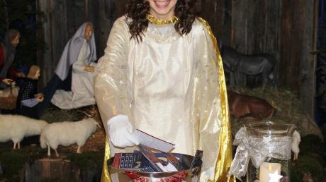 Christkind Laura beim Ziehen der Gewinner des Weihnachtsgewinnspiels. Damit endete gleichzeitig auch ihre zweijährige Amtszeit als Bad Wörishofer Christkind. Jetzt wird eine Nachfolgerin gesucht.