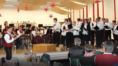 Zu ihrem Jahreskonzert im neuen Dorfgemeinschaftshaus hat die Musikkapelle Oberrieden auch den Kirchenchor eingeladen, der stimmungsvolle Weihnachtslieder darbot. Das Repertoire der Kapelle reichte von der Polka bis zur Jazz- und Filmmusik.
