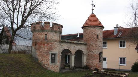 Für einige Bürger in Wiedergeltingen ist sie unbedingt erhaltenswert, für andere gehört sie abgerissen, weil sie in ihren Augen keinen spielerischen Nutzen hat: die Spielburg auf dem Außengelände des Kindergartens St. Nikolaus.