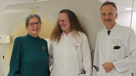 Waltraud Stähle-Bajic (links) erlitt am 22. Juli 2019 einen Schlaganfall. Im Kreisklinikum Mindelheim wurde ihr gut geholfen. Mit im CT-Raum sind Oberärztin Dr. Rosa Figl und Chefarzt Dr. Peter Steinbigler.