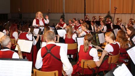 """Restlos ausverkauft war das Jahreskonzert des Musikvereins Dirlewang. Die Musikanten sorgten für einen märchenhaften Abend bei """"Disney Magic Moments"""". Dirigent Klaus-Jürgen Herrmannsdörfer kann dabei auf eine hochmotivierte Musikermannschaft in allen Altersklassen blicken, die die Gäste verzauberte."""