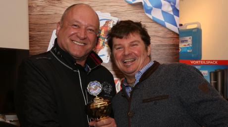 Zwischen Erwin Wischenbarth (links) und Robert Maurus wurde es richtig knapp. Beide hatten 101 Gute. Die Anzahl der Solospiele entschied den Sieg und Erwin Wischenbarth darf sich nun über den Motorroller freuen.