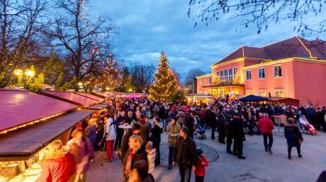 Soll der Weihnachtsmarkt auf dem Platz vor dem Kurhaus bleiben wie auf unserem Archivfoto? Oder hat eine Verlegung auf den Denkmalplatz sogar Vorteile. Darüber gehen die Meinungen in der Kneippstadt bei Veranstaltern, Vereinen und Besuchern weit auseinander.