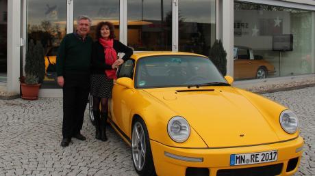 """Aus Pfaffenhausen in die ganze Welt: Alois Ruf (links, mit Frau Estonia) formte aus einer kleinen Werkstatt eine international anerkannte Marke. Vorzeigemodell des Fahrzeugherstellers ist der Ruf CTR, genannt """"Yellowbird""""."""