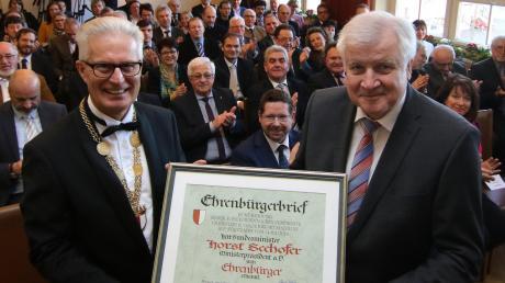 Im Großen Sitzungssaal des Buchloer Rathauses ernannte gestern Bürgermeister Josef Schweinberger (links)Bundesinnenminister Horst Seehofer zum Ehrenbürger der Stadt. Der 70-Jährige freute sich über die Auszeichnung und betonte, dass die Entscheidung, in Buchloe ein Gymnasium zu errichten, richtig gewesen sei.