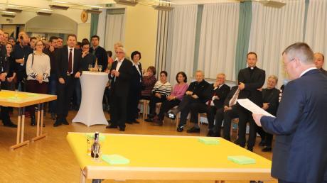 Rund 150 geladene Gäste lauschten aufmerksam dem Grußwort von Bad Wörishofens Bürgermeister Paul Gruschka (rechts) beim Neujahrsempfang der Stadt und der Kirchengemeinden im Pfarrzentrum St. Ulrich in der Gartenstadt.