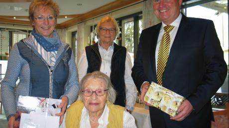 Erna Albrecht freute sich über die Glückwünsche von Marlene Preißinger, Tochter Bärbel Ernst und Bürgermeister Paul Gruschka.