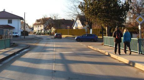 Die Kreisstraße MN 29 in Stockheim soll ausgebaut werden. Es geht um etwa 500 Meter zwischen der Wertachbrücke und der Einmündung in die Bad Wörishofer Straße. Nach der Wertachbrücke, von Weicht kommend, soll eine Mittelinsel eingebaut werden, der Gehweg im Süden (links) soll entfallen.