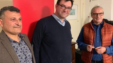 """Der SPD-Ortsvorsitzende Thomas Riederle (Mitte) gehört der Partei seit 25 Jahren an. Mehmet Yesil (li.) und Roland Ahne ehrten ihren """"Chef""""."""