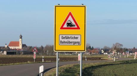 Der Bahnübergang Heinzenhof hat neue Schilder bekommen.