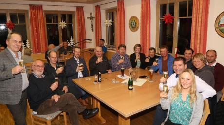 Bürgermeister Jürgen Tempel (links) stieß beim Neujahrsempfang mit den ehrenamtlichen Helfern auf ein gutes Jahr an.