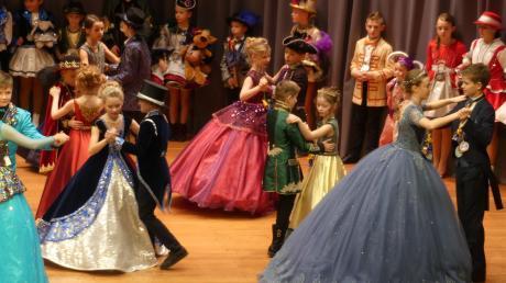 Prinzenwalzer gehören nicht nur bei den Erwachsenen dazu: Dass sie geübt hatten, mit den üppigen Kleidern zu tanzen, bewiesen auch die Mini-Prinzenpaare.