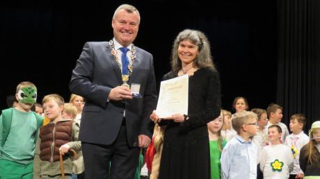 Bürgermeister Paul Gruschka überreicht Ursula Glanz die Verdienstmedaille der Stadt Bad Wörishofen.
