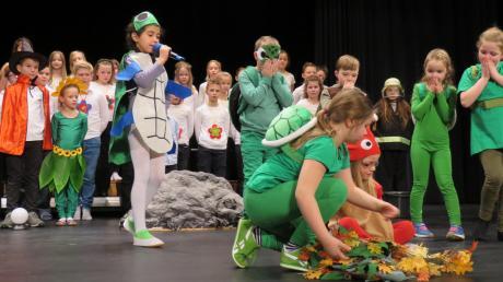 """Das von Ursula Glanz einstudierte Singspiel """"Kröti und die Zauberblume"""" mit Naila Nave in der Hauptrolle der roten Schildkröte stand im Mittelpunkt der Sebastiansfeier im Kurhaus."""