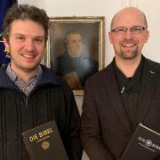 Die evangelischen Pfarrer Claudius Wolf und Erik Herrmanns (von links) mit Martin Luther in der Mitte sprechen ungewöhnliche Themen an.