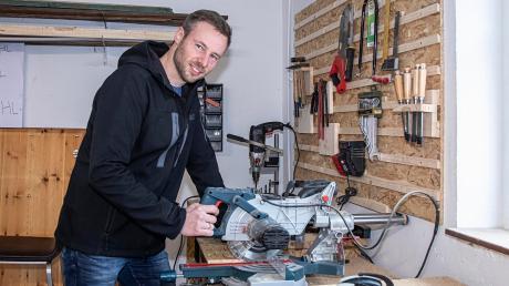 Alex Eder ist begeisterter Hobby-Handwerker. Am liebsten arbeitet der 36-jährige Landratskandidat der Freien Wähler mit Holz.
