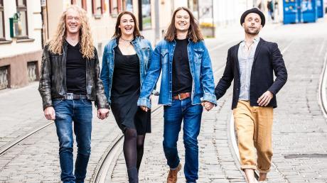 """Jochen Goricnik, Susi Raith, Jörg Willms und Sebastian Stitzinger (von links) sind """"Susi und die Spießer"""" und als solche am 13. November auf der Bühne des Adlersaals in Markt Wald zu Gast."""