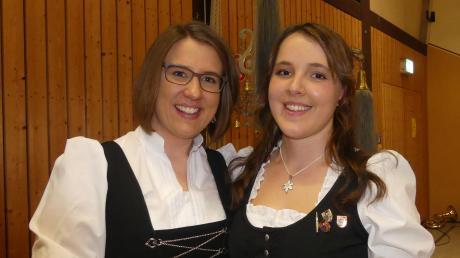 Dirigentin Nicole Simon (links) überließ für ein paar Stücke Anna-Lena Rothen den Taktstock und die Nachwuchsdirigentin bewies großes Talent.