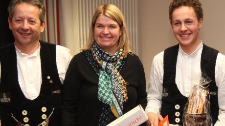 Da hat Baufritz-Chefin Dagmar Fritz-Kramer gut lachen: Gemeinsam mit Ausbilder Hermann Schädle freute sie sich mit Bundessieger Benedikt Pfister (rechts).