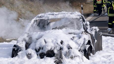 Auf der A96 bei Mindelheim brannte ein PS-starkes der LuxusklasseAuto komplett aus.