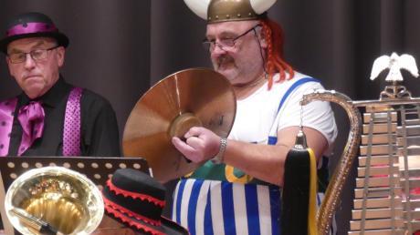 Bezirksdirigent Andreas Schuster (rechts) vom ASM Bezirk 10 Mindelheim schlug im Kursaal als Obelix die Becken kraftvoll aneinander, unterstützt von Ehrenmitglied Herbert Rauh.
