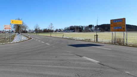 Die Gemeinde Wiedergeltingen möchte an der Einmündung der Straße nach Türkheim in die MN 10 einmal ein Stoppschild und weiter eine Geschwindigkeitsbegrenzung auf der Kreisstraße. Beides wurde vom Landratsamt abgelehnt. Stattdessen wurde ein Baum an der Kreisstraße gefällt, um den links abbiegenden Autos eine bessere Sicht zu ermöglichen.